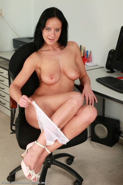 sexy nude housewife